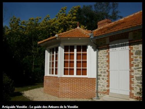 Création Bow window habillage briques et pierres joints à la chaux et seuil granit Bois de la Chaize (Noirmoutier)